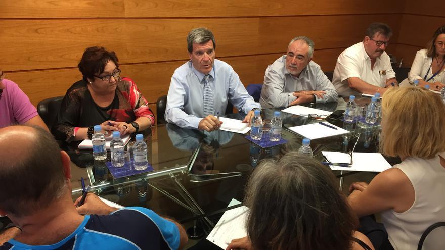 El presidente de la Autoridad Portuaria, Aurelio Martínez (centro), con la presidenta de la Federción de Vecinos, María José Broseta
