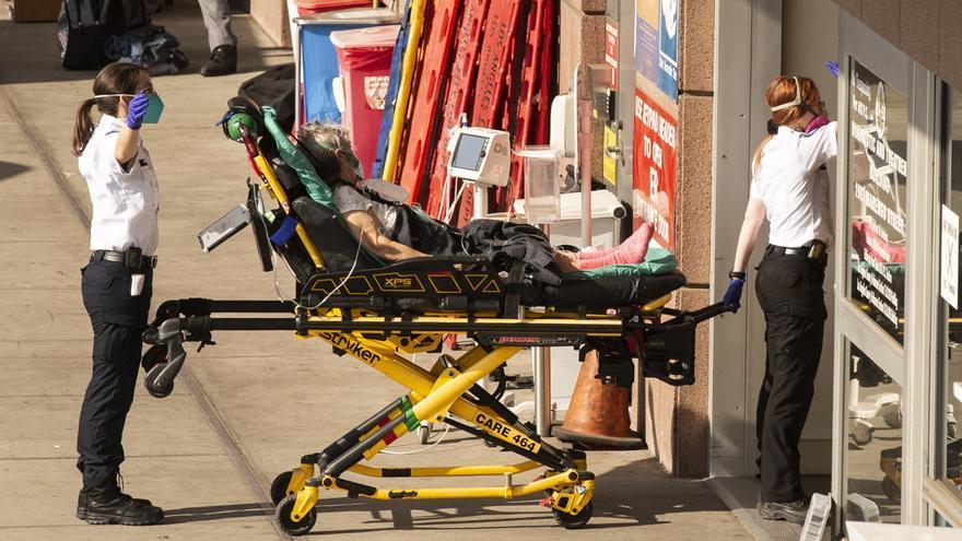 Un paciente infectado con covid-19 es trasladado a un hospital en EE.UU.
