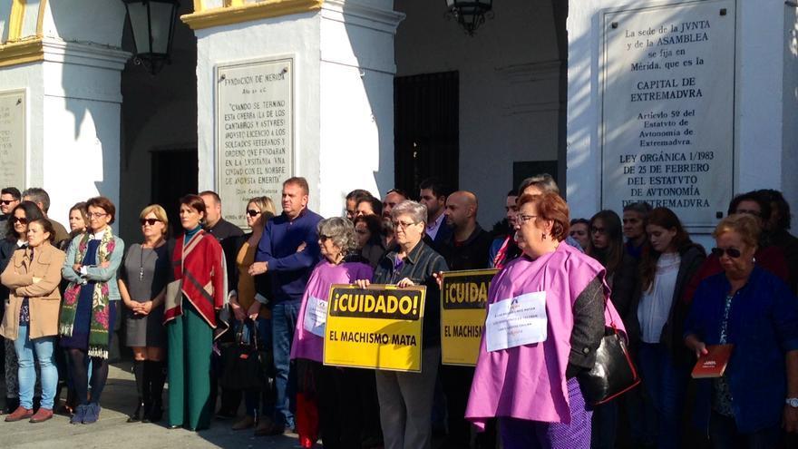 Concentración contra la violencia de género en la Plaza de España de Mérida.