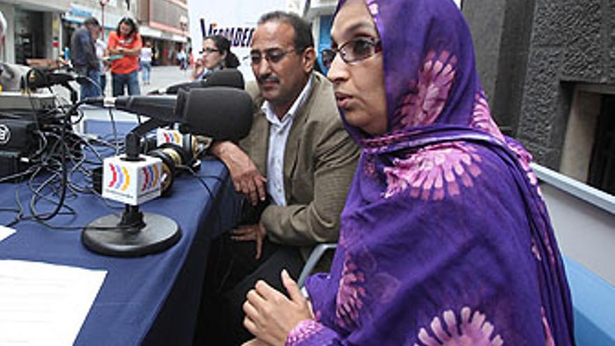 Aminatou Haidar, el pasado 6 de noviembre ante los micrófonos de 'El Correíllo', de CANARIAS AHORA RADIO. (QUIQUE CURBELO)