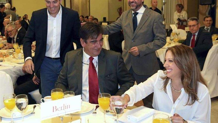 Fernando Clavijo (i), Carlos Alonso (2d) y Rosa Dávila en la conferencia que ofreció la consejera en Las Palmas de Gran Canaria / Elvira Urquijo A., Efe