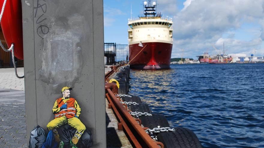 Barco anclado en el puerto de Stavanger, cuna del milagro petrolero noruego
