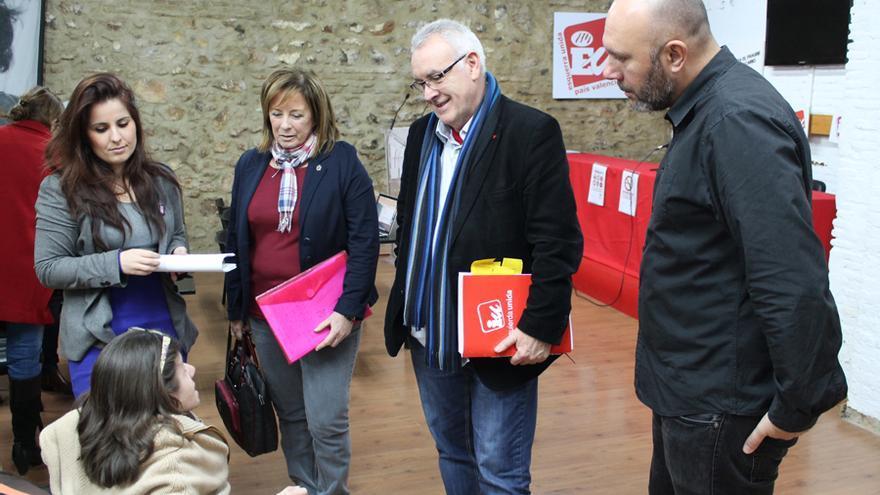 El coordinador general de Izquierda Unida, Cayo Lara, junto al diputado nacional Ricardo Sixto y las diputadas autonómicas Marga Sanz y Esther López Barceló