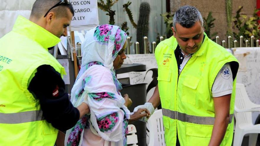 Imagen cedida por la Plataforma de Apoyo al Pueblo Saharaui de la mujer saharaui Takbar Haddi, en huelga de hambre desde hace 36 días ante el Consulado de Marruecos en Las Palmas de Gran Canaria, en el momento de ser trasladada a un hospital tras vomitar sangre esta mañana. EFE