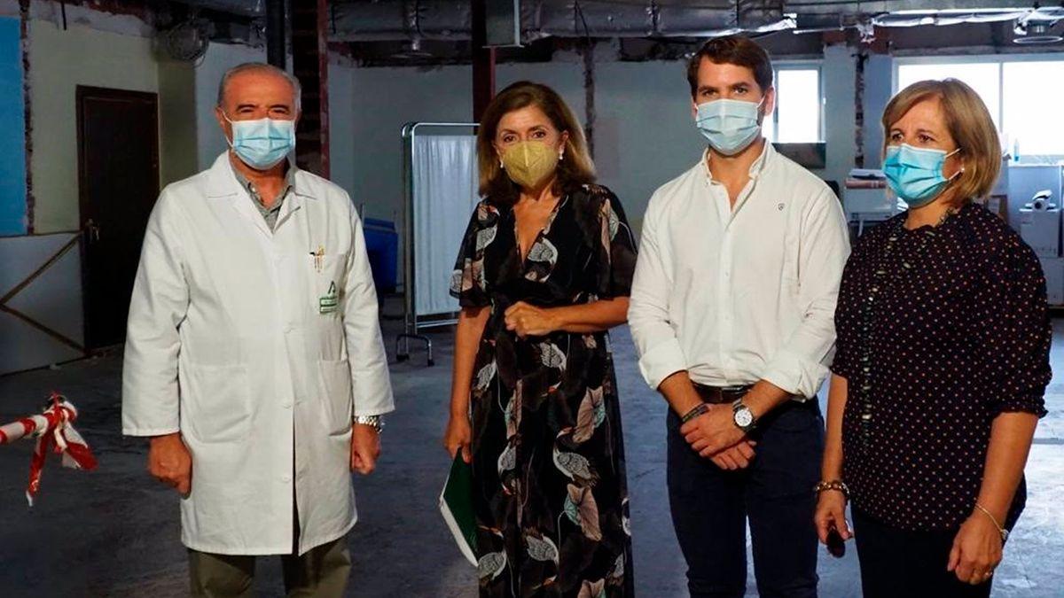 Botella (segunda por la izda.), visita el Hospital Infanta Margarita de Cabra.