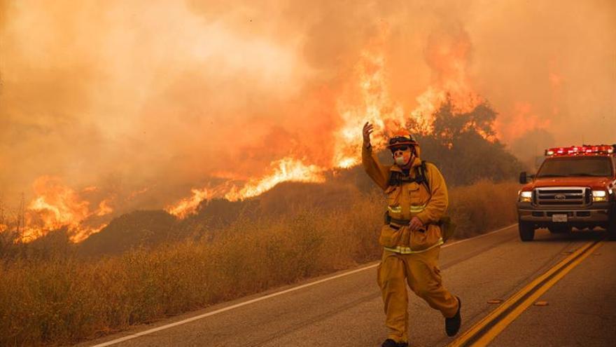 Evacuadas 20.000 personas por fuego que arrasó 13.400 hectáreas en California