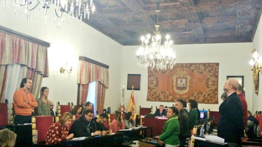 Los concejales de la oposición en el pleno del Ayuntamiento de La Laguna protestan ante la presencia de Zebenzuí González