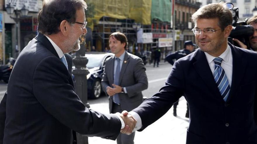 El presidente del Gobierno, Mariano Rajoy, y su ministro de Justicia, Rafael Catalá