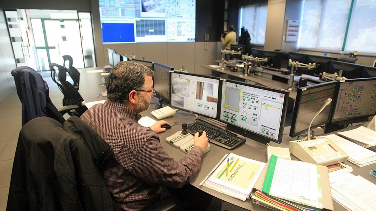 Un técnico de Enresa, en las instalaciones de El Cabril