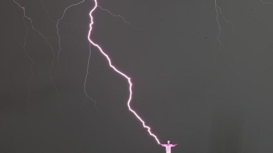Un rayo alcanza al Cristo Redentor de Río y daña un dedo de su mano derecha