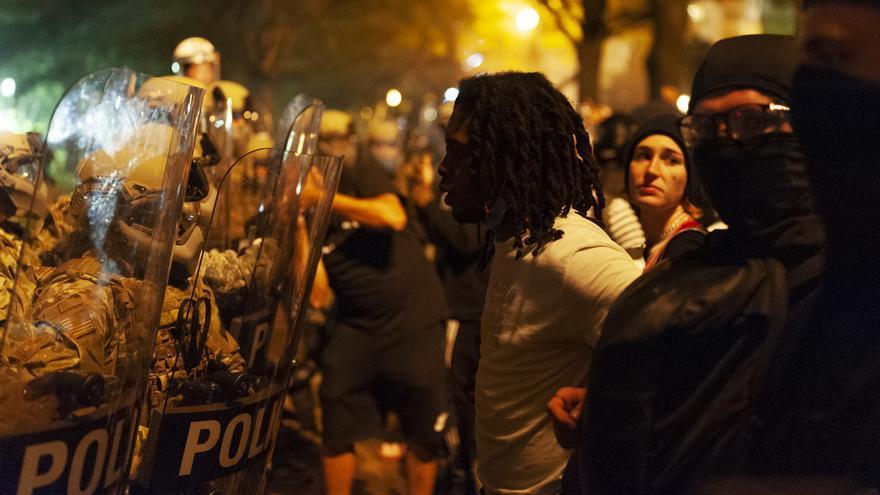 Un hombre se sitúa frente a la policía en una protesta en Lafayette Square Park, Washington D.C