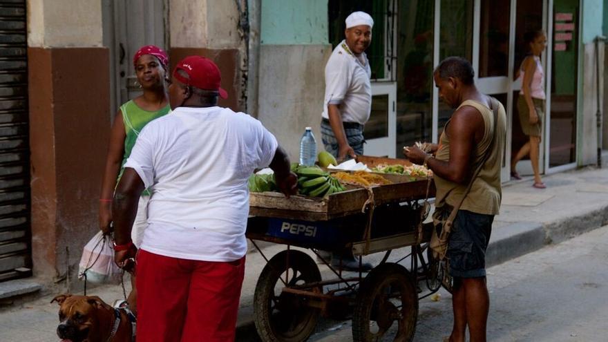 Un vendedor en una calle de Cuba. (Himar Bethencourt)