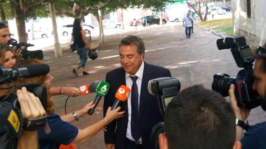Enrique Ortiz, a su llegada a los juzgados de Alicante.