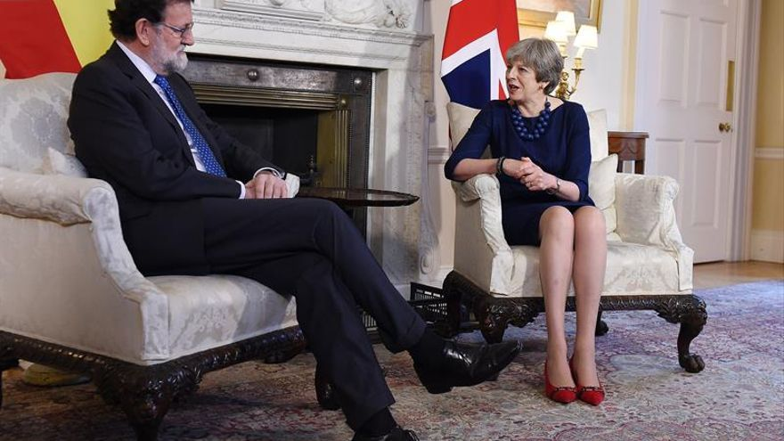 """Rajoy elogia el esfuerzo de May en la negociación del """"brexit"""" y augura avances"""