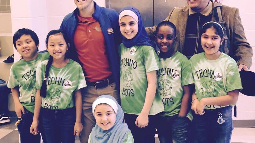 El alcalde Clarkston, Ted Terry, junto al vicealcalde con un grupo de alumnos que se clasificaron para un concurso estatal de matemáticas.