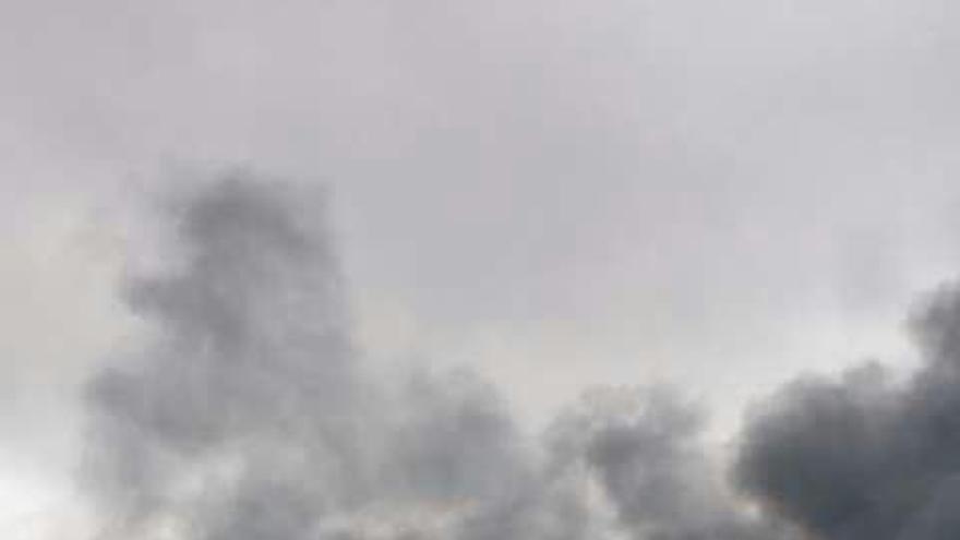 Una nave industrial de reciclaje de electrodomésticos se incendia en Arico. (Foto: Cedida)