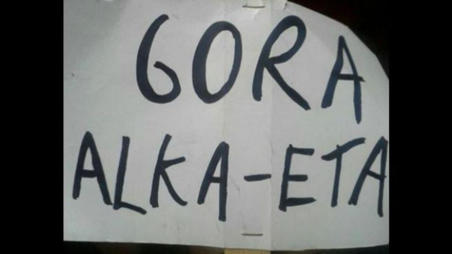 "Pancarta de ""Gora Alka-ETA"" de los títeres del Carnaval de Madrid."