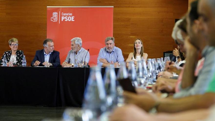 Ángel Víctor Torres y otros miembros del comité negociador este lunes.