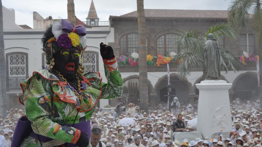La Negra Tomasa, el personaje que interpreta Víctor Lorenzo Díaz Molina, Sosó, en la Plaza de España.