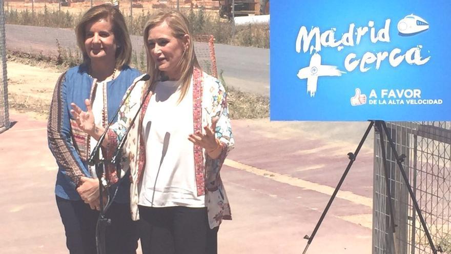 Fátima Báñez, junto a Cristina Cifuentes, esta semana en Huelva.