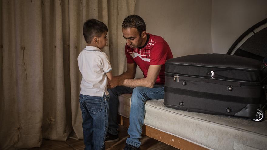 Foto: Kahlil junto a Moahamad se preparan para emprender este viaje en busca de un futuro. Autor: Pablo Tosco / Oxfam Intermón