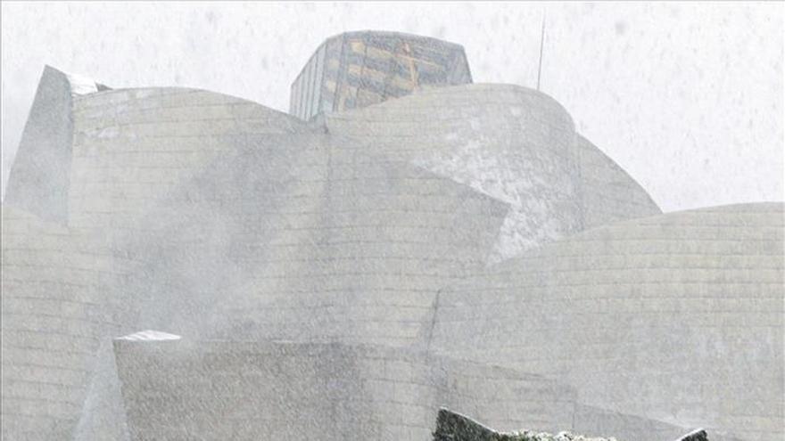 La nieve llega con fuerza a Euskadi y colapsa la comunicación por carretera