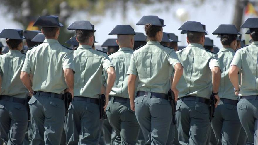 Guardias civiles desfilando