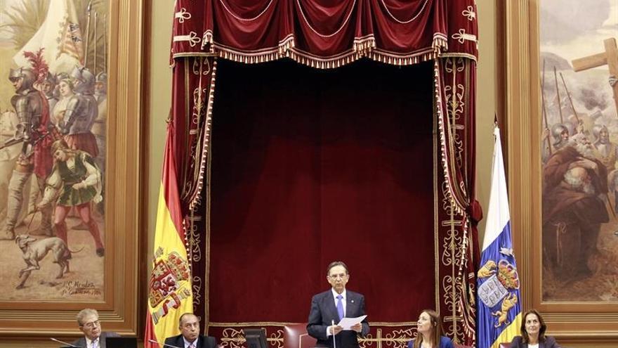 Antonio Castro (c) durante el discurso de despida de la octava legislatura autonómica. EFE/Cristóbal García