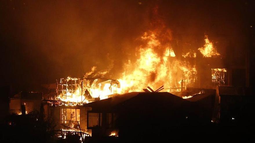 Evacúan a 400 personas por un incendio en la región chilena de Valparaíso