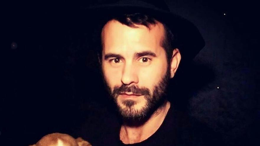 El cantautor torrelaveguense presenta 'Uve y La Máquina de Humo', su primer disco en solitario.