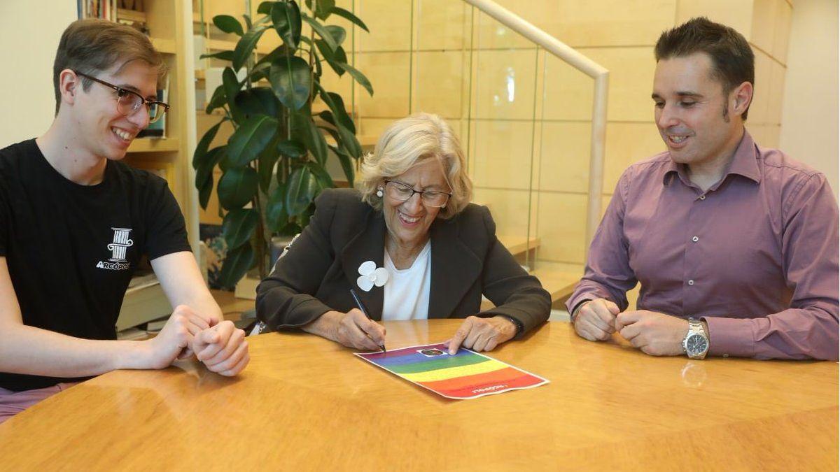 Carmena firma el manifiesto LGTBI de Arcópoli   TW: MANUELA CARMENA