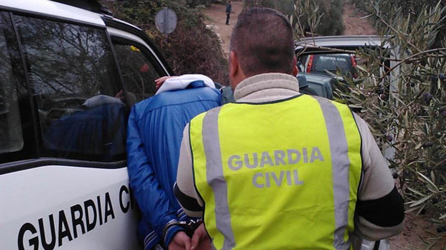 La Guardia Civil traslada a un detenido en una imagen de archivo.