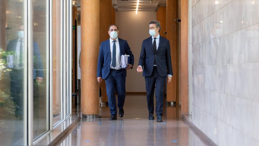 El presidente de la Xunta, Alberto Núñez Feijóo, y el conselleiro de Facenda, Valeriano Martínez, antes de la presentación del plan.