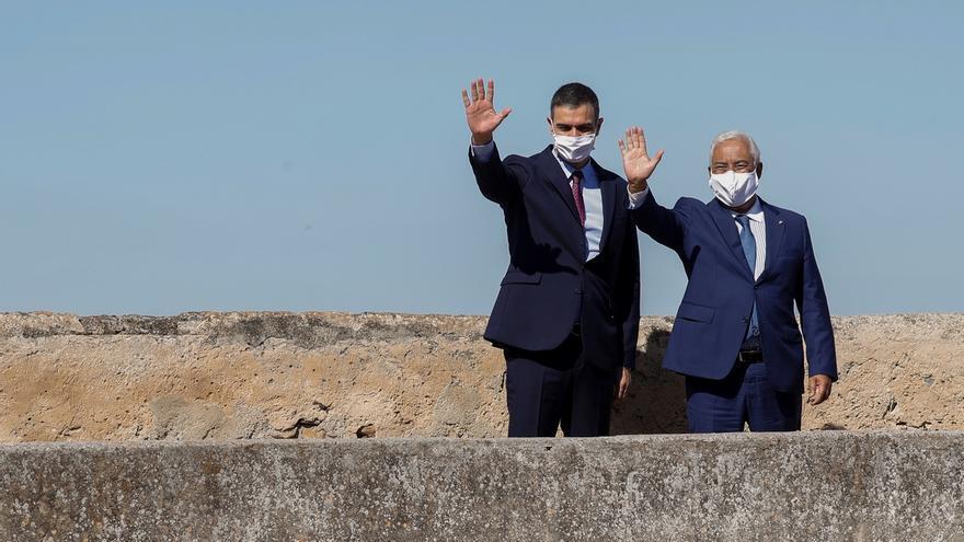 El presidente del Gobierno, Pedro Sánchez (i), junto al primer ministro luso Antonio Costa (d), durante el paseo por la muralla de la ciudad durante el acto oficial de la reapertura, tras tres meses y medio cerradas por el coronavirus, de la fronteras entre España y Portugal este miércoles en Badajoz.