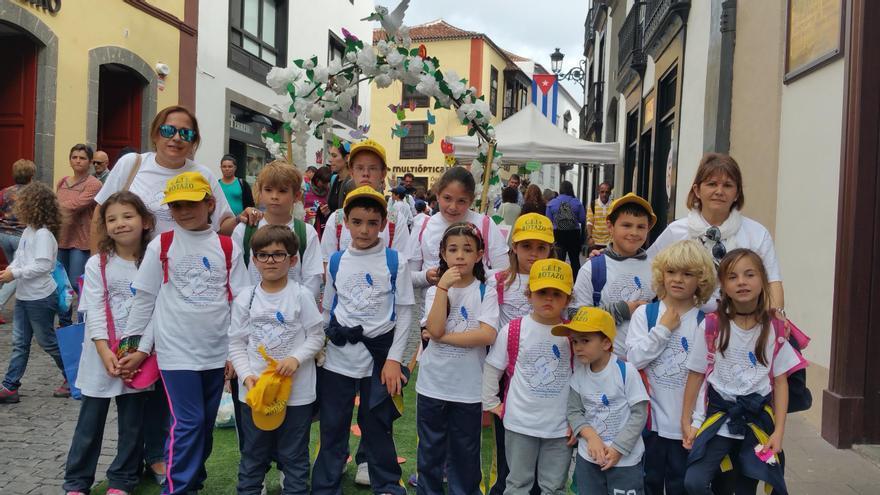La docente María Jesús Rodríguez (derecha) con sus alumnos del CEIP de Botazo. Foto: LUZ RODRÍGUEZ.