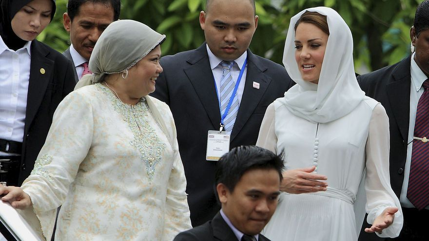 Los duques de Cambridge visitan la mezquita más grande de Malasia
