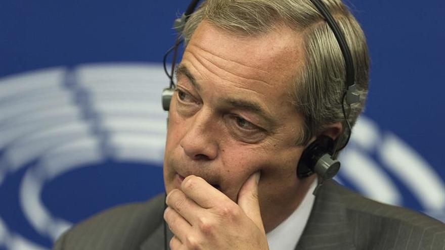 Eurófobo Farage seguirá como eurodiputado para ayudar a R.Unido a salir de UE