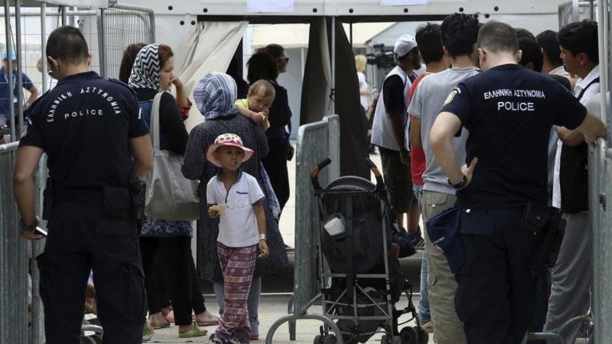 Comienza el desalojo del campo de refugiados en el antiguo aeropuerto de Atenas