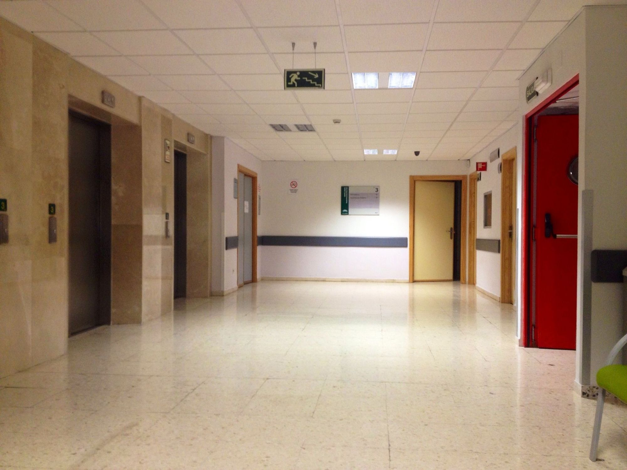 Sala De Estar Hospital ~  de monitores y paritorios Sala de espera (vacía) anexa a sala de