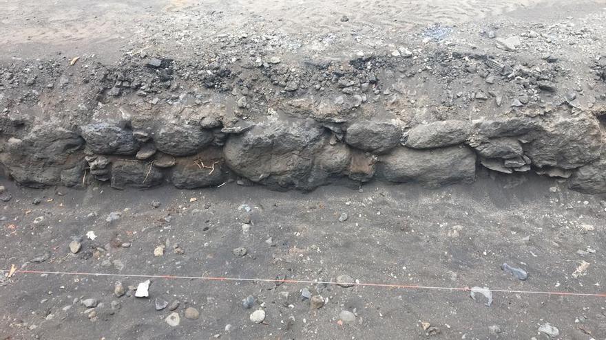 En la imagen, parte de los restos de la antigua muralla defensiva de Santa Cruz de La Palma  localizados en la trasera del Cabildo.