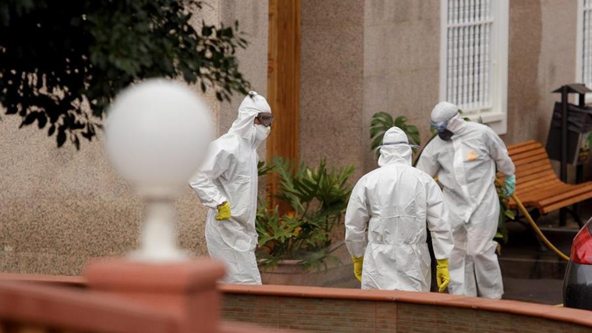 La Unidad Militar de Emergencia desinfecta una residencia de mayores en Tenerife en una imagen de archivo