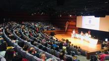 Sala abarrotada en la tarde de este jueves en la Fundación CajaCanarias, con los conductores de 'Las mañanas Kiss'