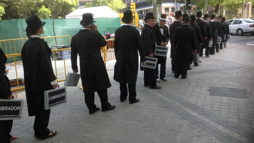 Miembros de la plataforma vestidos de cobradores del frac en fila