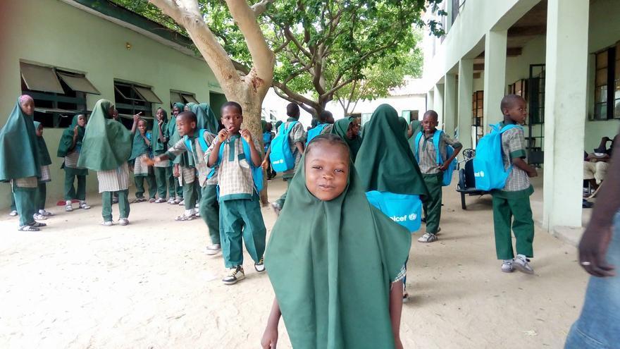 Imagen de una de las alumnas en el exterior de la escuela