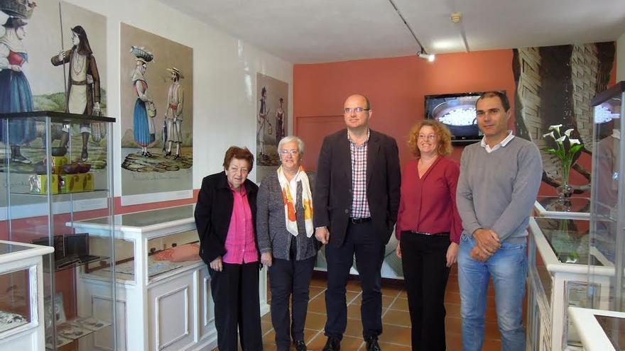 Myriam Cabrera (izquierda), fundadora y primera directora de la Escuela Insular de Artesanía, con la consejera insular de Cultura, el presidente del Cabildo y el primer teniente de alcalde de Villa de Mazo.