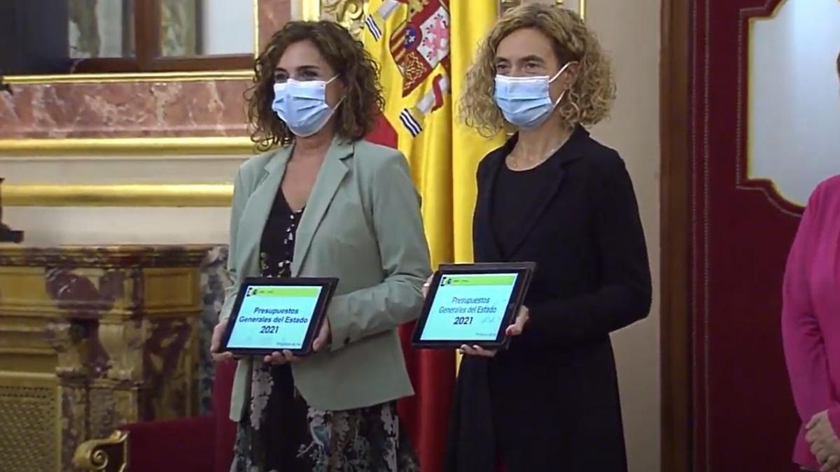 La ministra de Hacienda, María Jesús Montero, y la presidenta del Congreso, Meritxell Batet, en la presentación del proyecto de Presupuestos Generales del Estado de 2021.