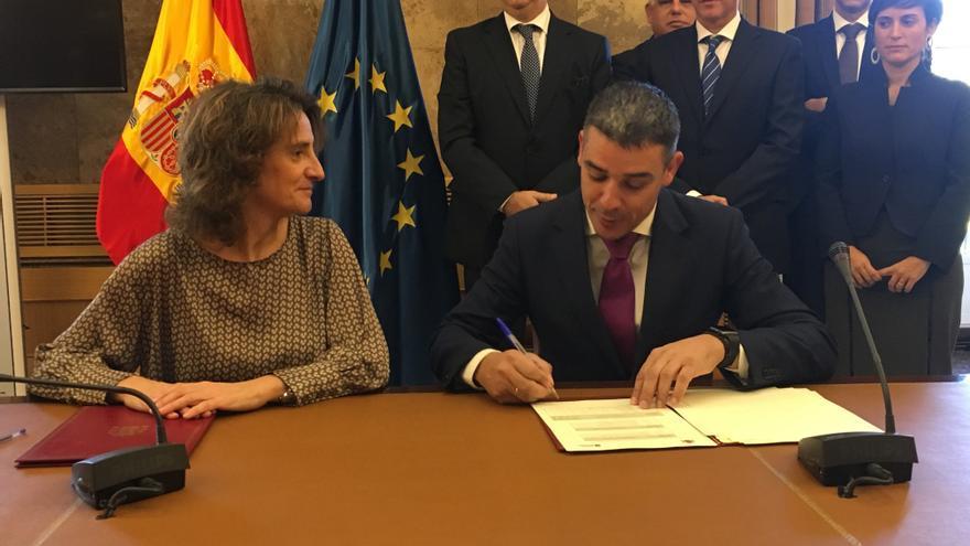 Teresa Ribera, ministra de Transición Ecológica, y el consejero canario Narvay Quintero, este martes en Madrid