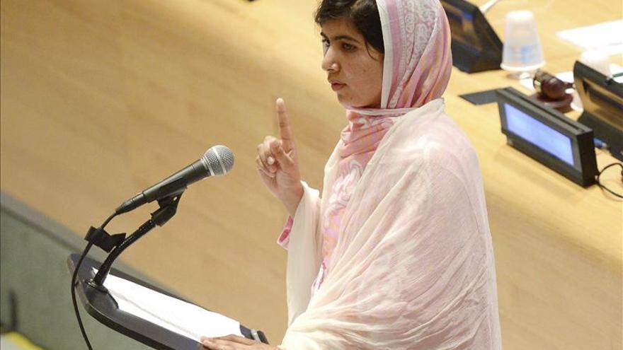 La adolescente paquistaní Malala, premiada en Irlanda por su valentía