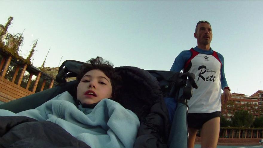Josele empujando el carro de su hija María, que sufre el síndrome de Rett