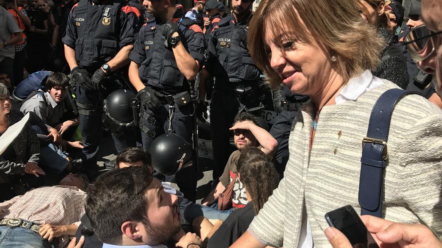 """Una consejera pide """"calma"""" a los concentrados que impiden la salida de la Guardia Civil"""